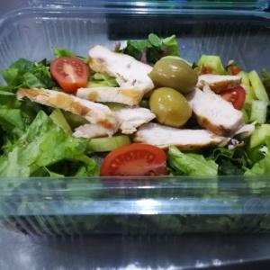 Зелена салата с пилешко филе и сос от нар
